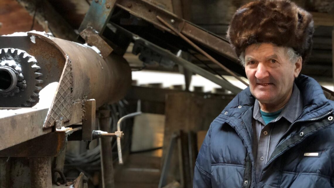 Пенсионер Александр Гостюхин делает кирпич на продажу в гараже